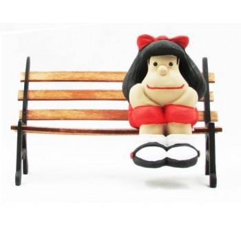 Figura Mafalda en banco decoración